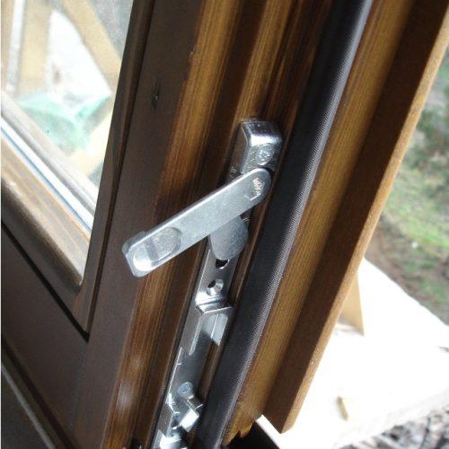 Drveni prozor, detalj okova na pomoćnom krilu